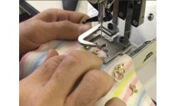 Автоматизированное решение для пришивания металлических подвесок на базе электронной закрепочной машины Brother KE-430